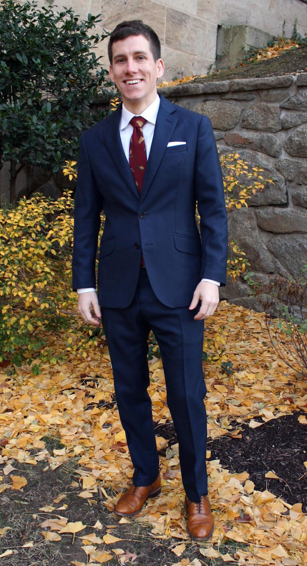 Bleu uni + blanc uni + cravate à motifs