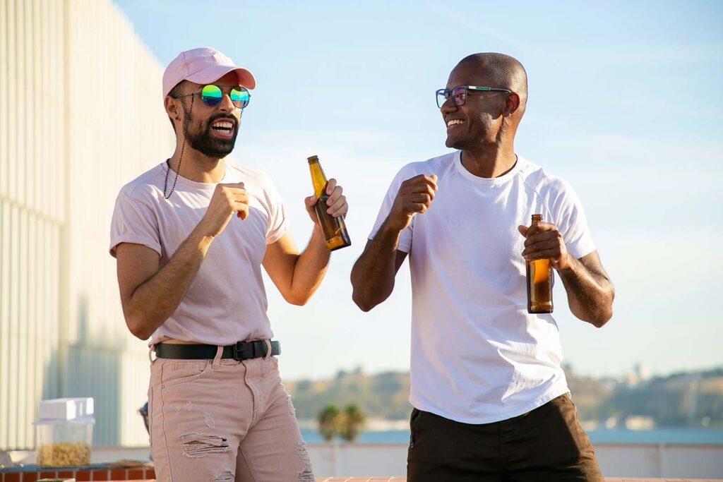Deux hommes boivent